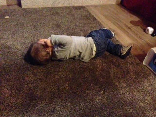 jugando en la alfombra