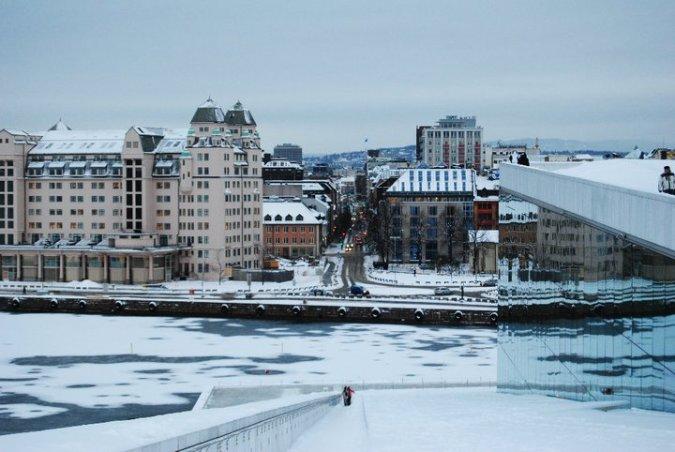 Vista de la ciudad desde el tejado de la ópera. Se ve también el mar, que está congelado!!